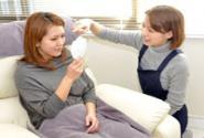 顾客经过一番仔细咨询后开始实施嫁接睫毛。